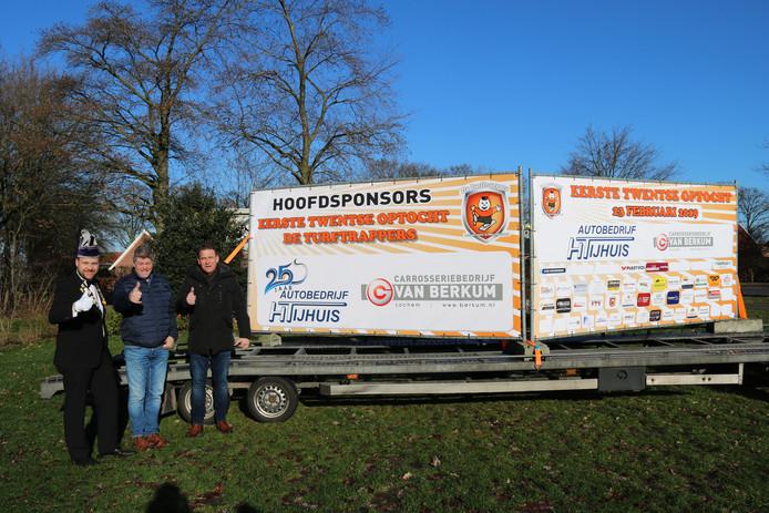 Oud-hoogheden van CV de Turftrappers uit Langeveen stellen eerste prijs van 1.111,11 euro beschikbaar.