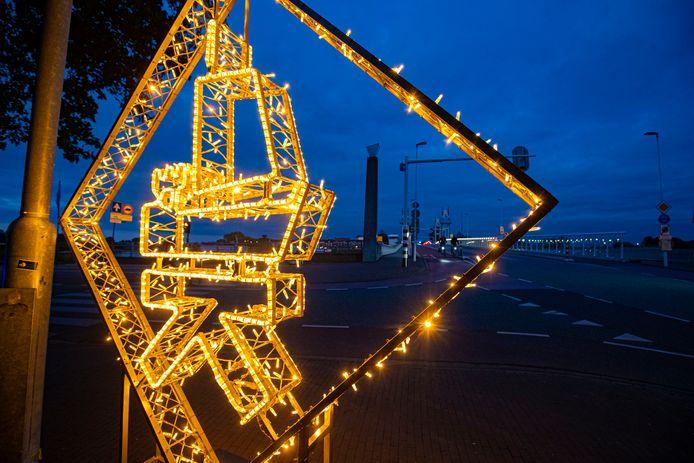 Lichtornamenten met Kamper Kogge in de binnenstad van Kampen zoals hier aan de Vispoort bij de Stadsbrug.