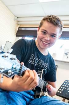 Danny (11) heeft één hand, maar volgt 'gewoon' gitaarles: 'Sommigen noemen mij smerig of vies'