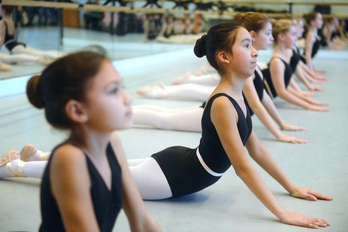 Het zijn vooral meisjes die meedoen aan een les dansen.