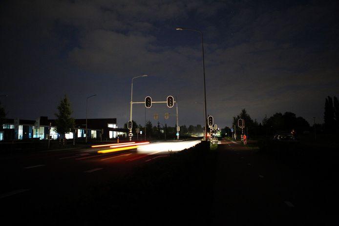 Op de Amersfoortseweg waren de verkeerslichten uit, net toen de avond echt begon te vallen.