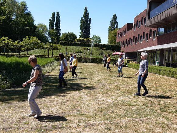 De linedancers van OKRA Hemiksem geven een optreden aan het woonzorgcentrum Hoghe Cluyse, tot jolijt van bewoners en personeelsleden.