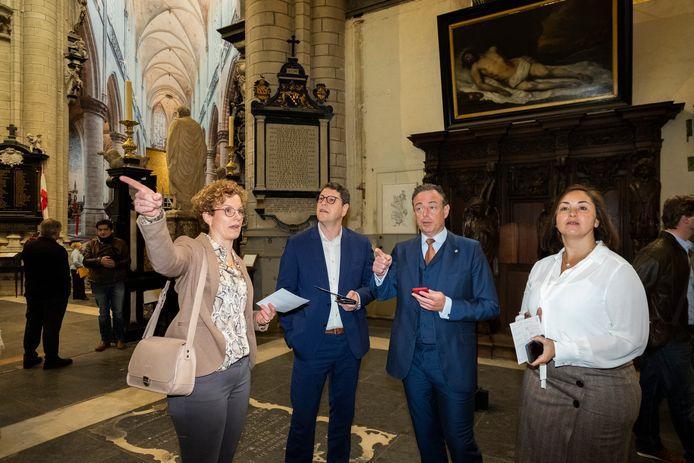 Burgemeester Bart De Wever en schepenen Tom Meeuws en Nabilla Ait Daoud testen de wandelroute uit