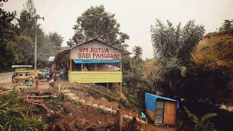Beeld van de zoektocht van De aardappeleters. Hier een babi-panggangrestaurant op Sumatra. Beeld Bas Zwartepoorte
