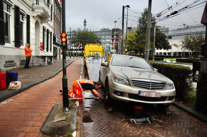De Belgische wagen botste op deze paal bij het Velperplein in Arnhem