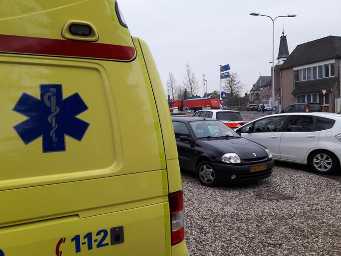 De gewonde fietsster werd door de hulpdiensten behandeld in Mook.