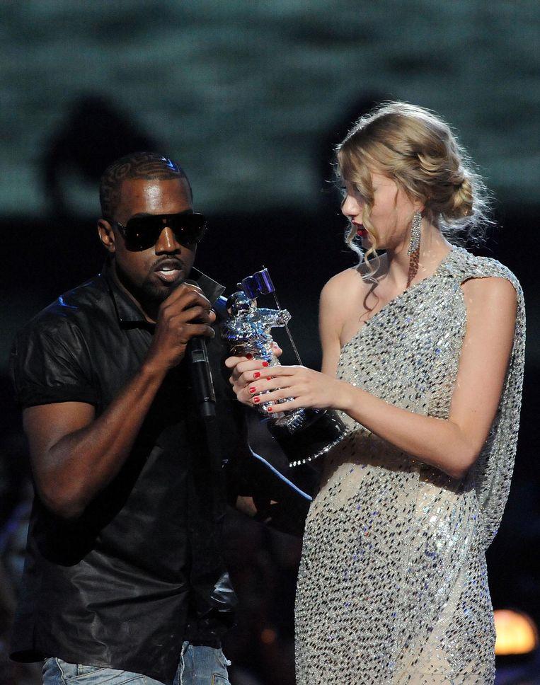 Kanye West en de verbaasde Taylor Swift in 2009 Beeld getty
