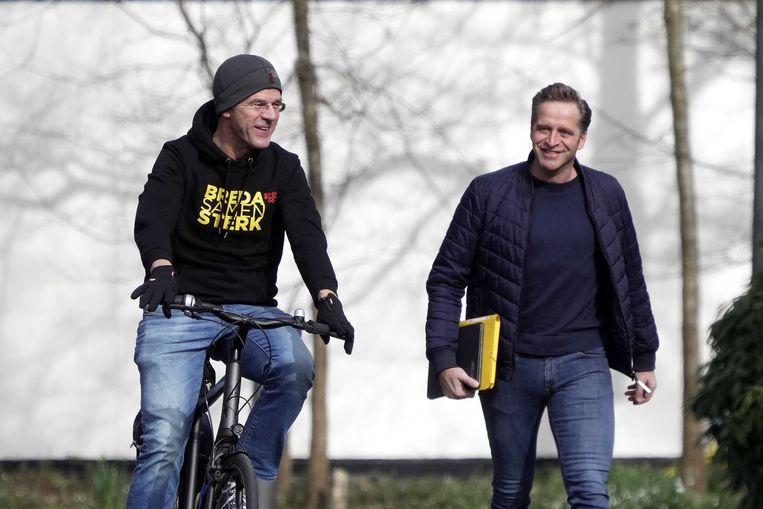 Mark Rutte en demissionair minister van Volksgezondheid Hugo de Jonge komen samen aan bij het Catshuis. Beeld EPA