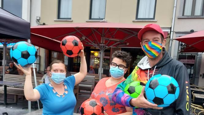 Tiszo deelt gekleurde voetballen uit in cafés
