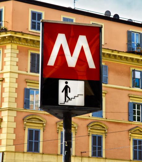 Bejaarde Nederlanders rijden in Rome met auto van metrotrap af