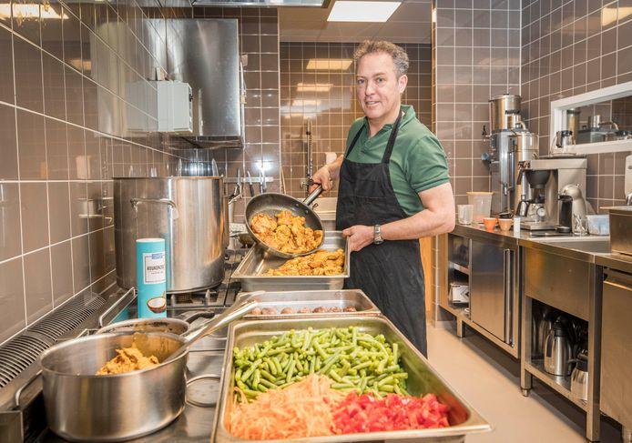 """Serge Bosschaart bereidt zijn afhaalmaaltijden in de keuken van de Stadsweide: ,,Ik heb er heel veel zin in."""""""