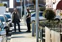 Burgemeester Peter de Baat bezoekt de straat dinsdag. Hij is in gesprek met een agent die buurtonderzoek doet.