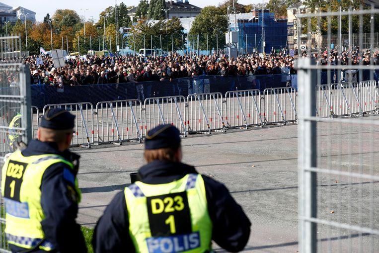 Politieagenten houden toezicht op de tegenbetoging op een NMR-demonstratie in Gothenburg in september 2017. Beeld REUTERS