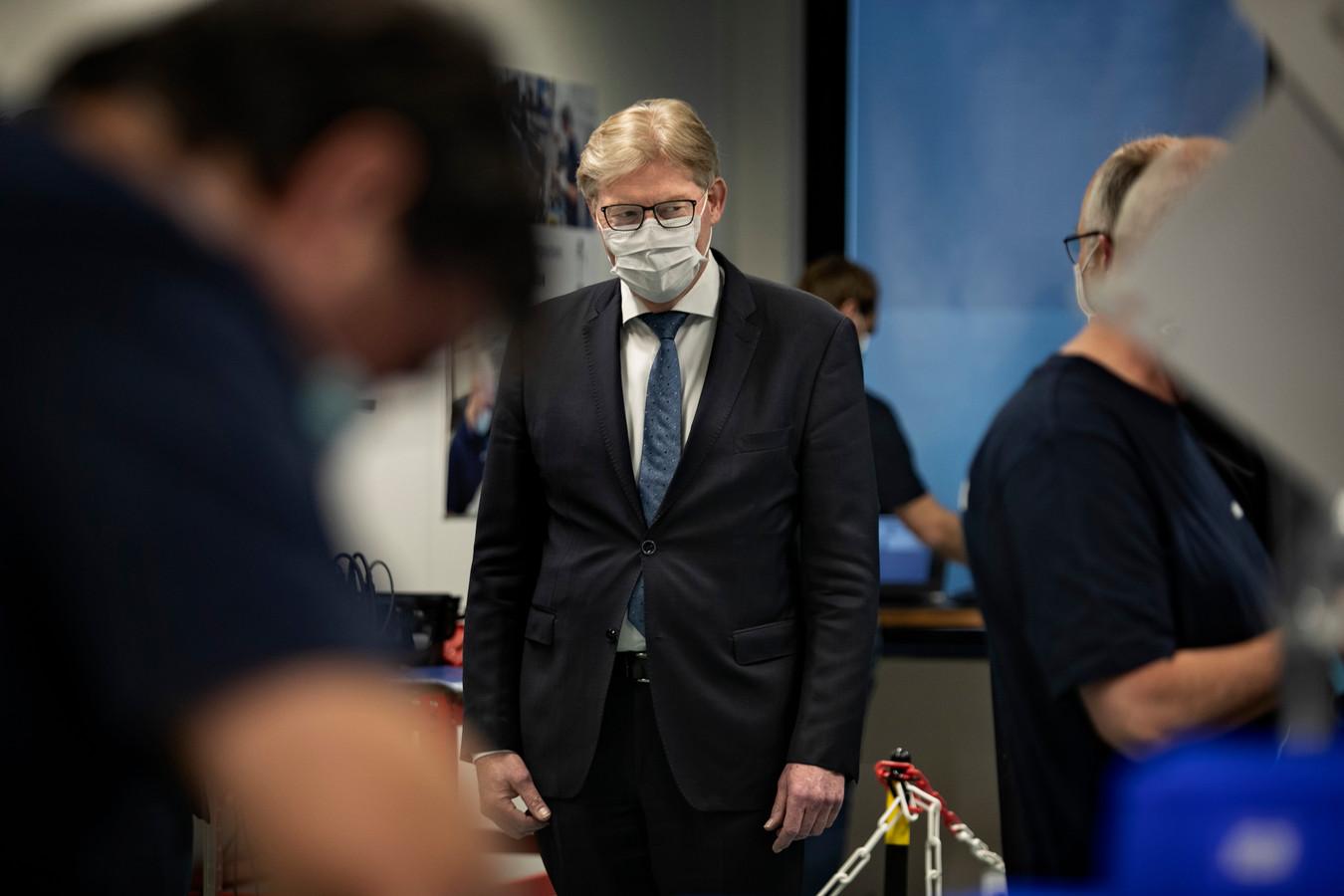 Minister Van Rijn bezoekt Demcon in Best, fabrikant van beademingsapparatuur.