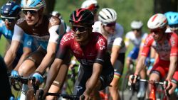 Girowinnaar Richard Carapaz (Team INEOS) wint derde rit Ronde van Polen na late uitval, afgevoerd na nieuwe valpartij