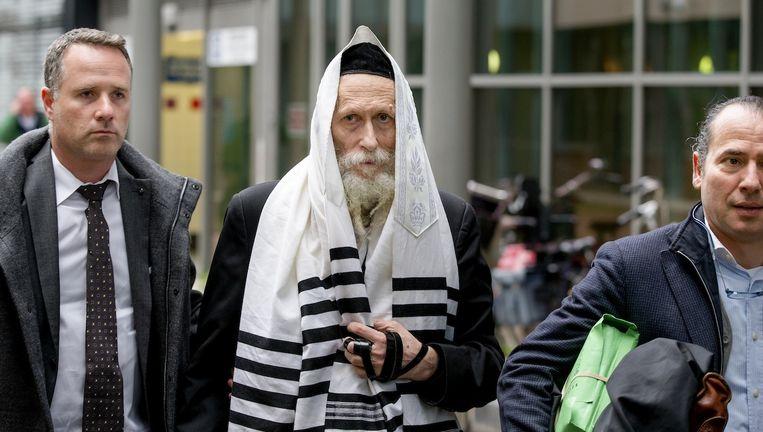 Rabbijn Eliezer Berland met zijn advocaat Louis de Leon (rechts) Beeld anp