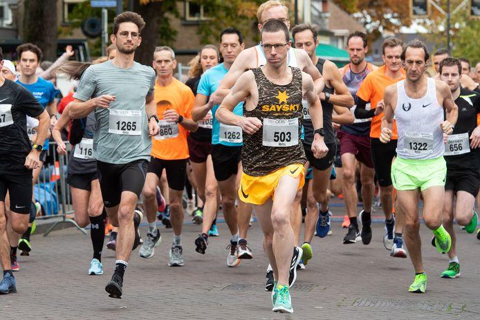 Colin Bekers (nummer 503) gaat zelfverzekerd van start en zal uiteindelijk de halve marathon van Etten-Leur winnen.