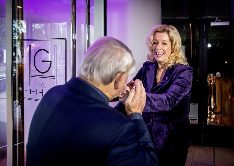 Liane den Haan, de leider van 50PLUS krijgt een handkus van partijvoorzitter Jan Nagel.  Beeld ANP