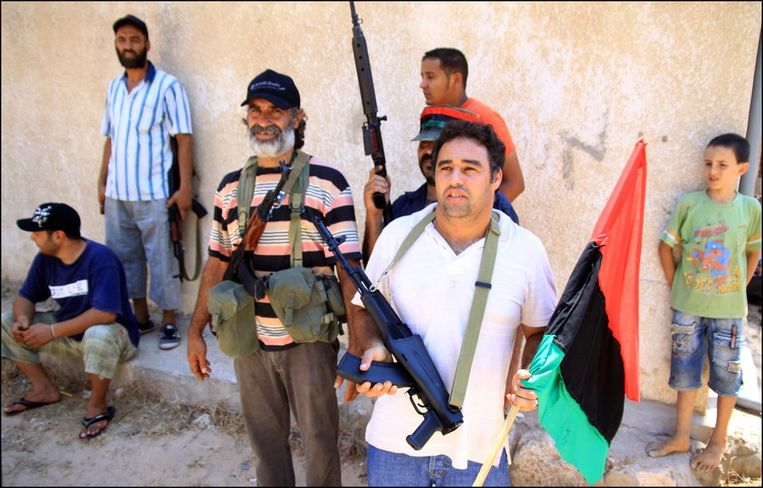 Rebellen bewaken toegangswegen tot Tripoli in het oosten van de hoofdstad. Beeld PHOTO_NEWS