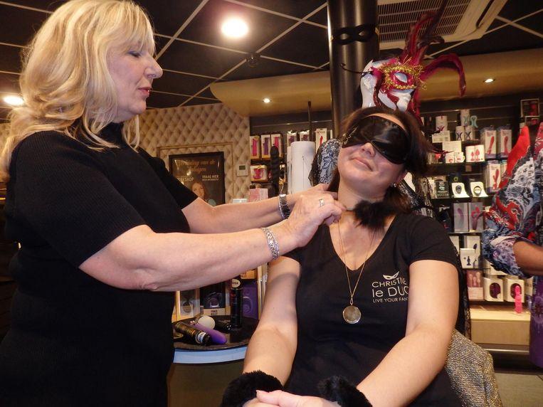 Brigitte Klop bespeelt Cindy Massink, beiden van Christine le Duc, met een kietelveer. 'Rustig. Niet afstoffen.' Beeld Hans van der Beek