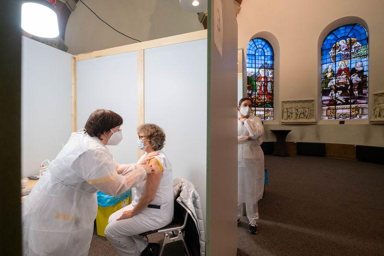 In het ziekenhuis van Bonheiden wordt het zorgpersoneel gevaccineerd. Beeld David Legreve
