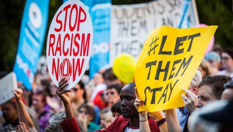 Mensen protesteren bij aanvang van het proces tegen het strenge Australische asielbeleid. Beeld Getty Images