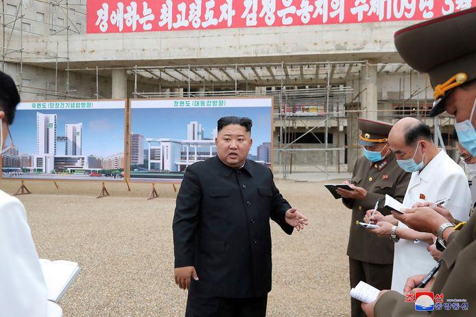 De Noord-Koreaanse leider Kim Jong-un tijdens zijn inspectie van de bouwplaats in Pyongyang.