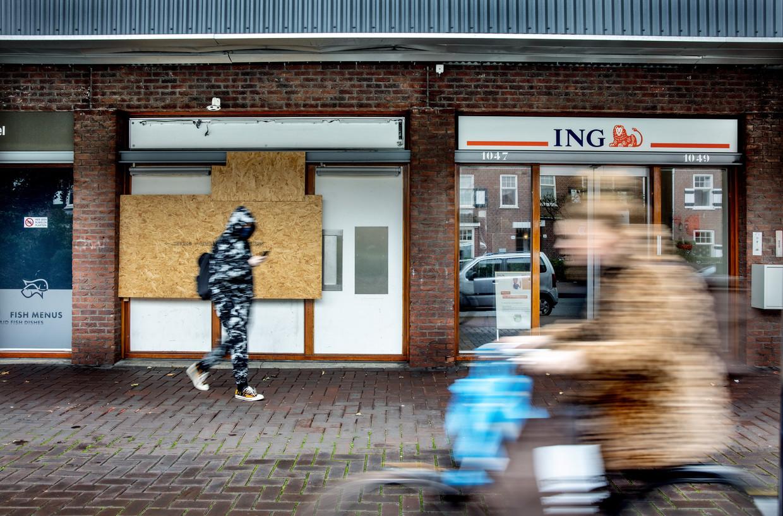Een gesloten filiaal van ING op de Oostelijke Handelskadeen: banken worden onzichtbaar. Beeld Jean-pierre Jans