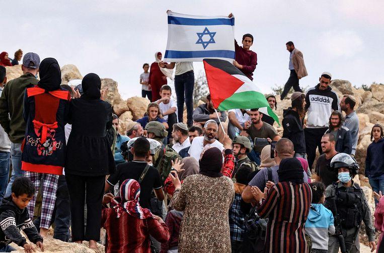 Palestijnen uit de plaats Susya confronteren Joodse dorpsgenoten tijdens een bezoek van vertegenwoordigers van de Europese Unie deze maand. Beeld AFP