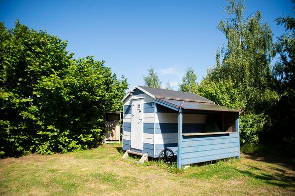 Voor wie geen tent of camper heeft, is er ook dit kleine huisje mogelijk op de naturistencamping Grensland in Nieuwmoer.