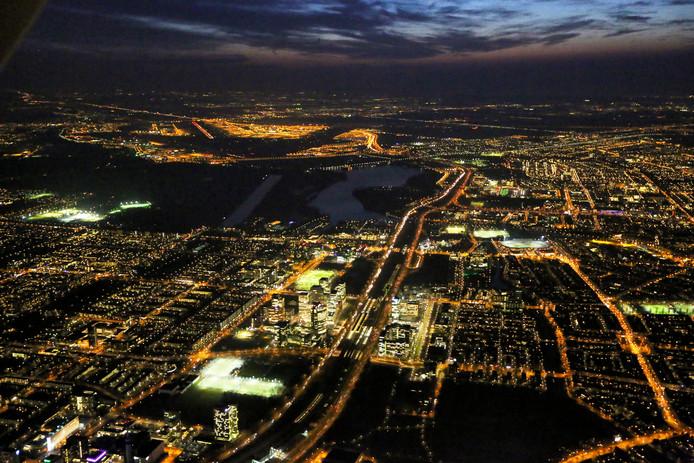 De luchthaven Schiphol in de nacht, gefotografeerd vanaf de Amsterdamse Zuidas