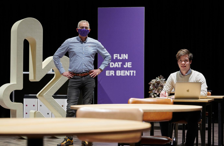 Wethouder René van Ginderen en voorzitter jongerenraad Sebastiaan Waegemaekers bij nieuw ingerichte studieplekken in theater de Kring.