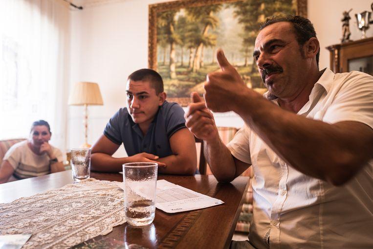 Giannuzzi Ippazio en zijn vrouw en zoon. Hij is werkloos doordat zijn olijfbomen getroffen zijn door de Xylella-bacterie. Beeld Nicola Zolin