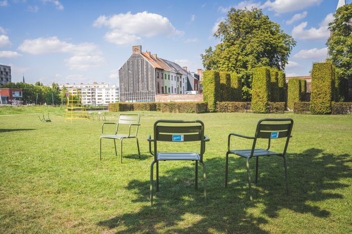 Enkele groene stoelen in het Coyendanspark.