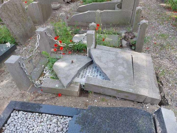 Op begraafplaats Beukenhage in  's-Gravenzande zijn vannacht rond de 150 grafstenen vernield. De politie is een groot onderzoek gestart.