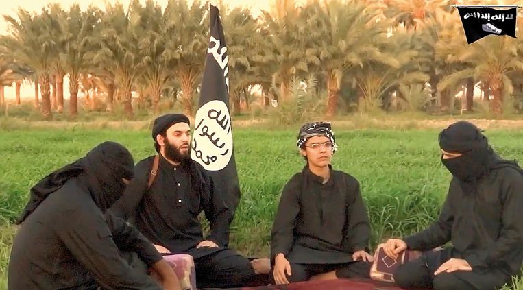 De Maastrichtse Sultan B. (met bril) in een afscheidsvideo die door ISop internet is gezet. B. blies zichzelf in 2014 op 19-jarige leeftijd op in Bagdad. Beeld -