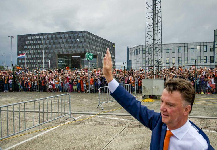 Bondscoach Louis van Gaal begroet de Oranjesupporters op het vliegveld in 2014. Beeld anp