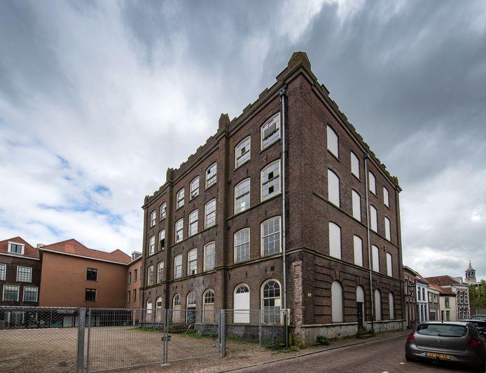 Het schoolgebouw van de Stadskazerne (voomalig van Heutszkazerne). Het pand aan de Buiten Nieuwstraat staat jaren leeg en er zouden 4 appartementen in komen.