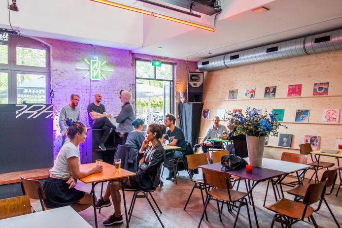 Bij pop-upcafé Radio Radio in Westerpark kun je hangen, dansen, drinken en nieuwe dj's ontdekken.