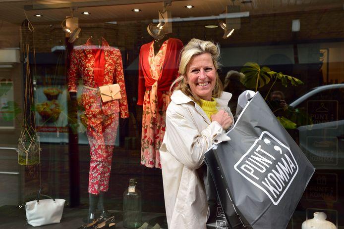 Renske van Dam van kledingzaak PuntKomma in Bodegraven heeft haar winkel gesloten maar bezorgt nu aan huis.