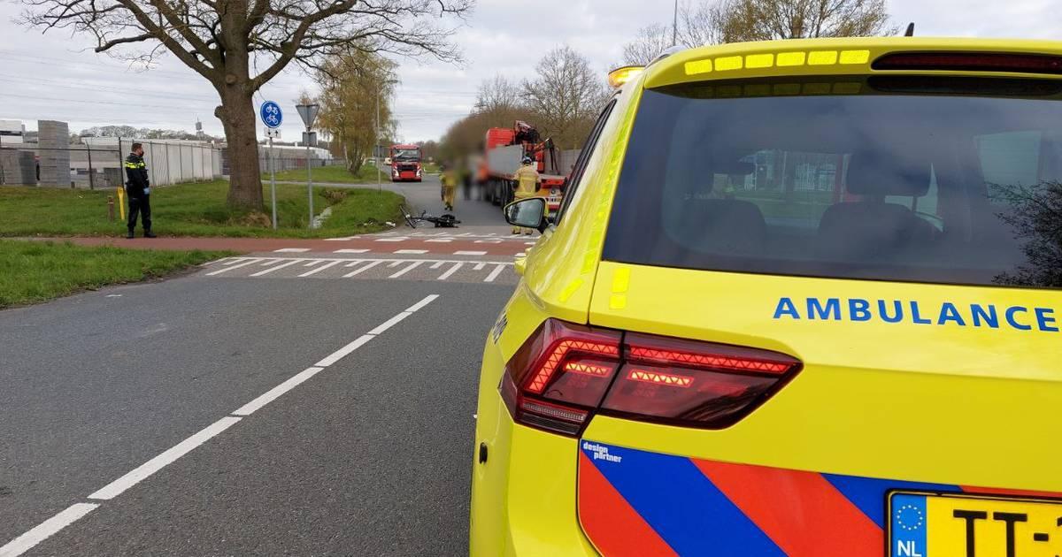 Aanrijding tussen vrachtwagen en fietser in Hengelo, traumahelikopter geannuleerd.