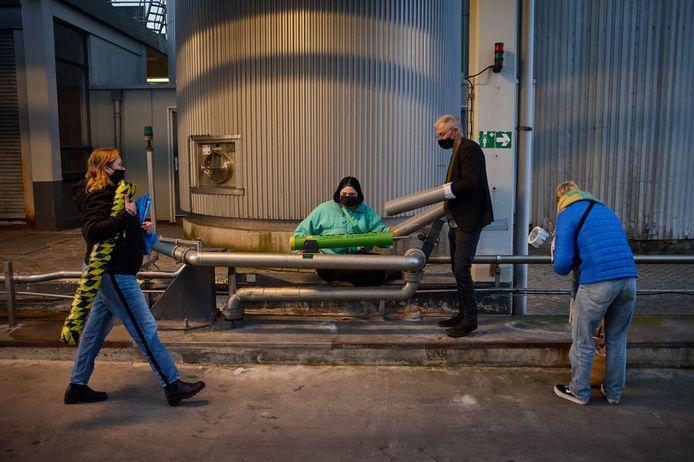 Actievoerders ketenen zich vast aan de fabriek.