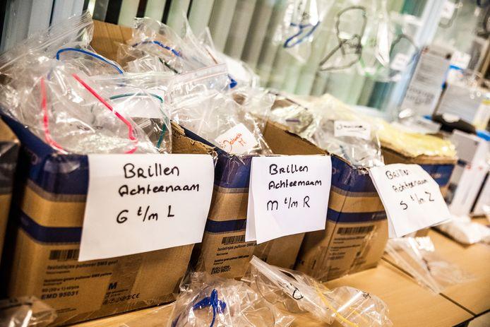 Beschermingsmiddelen op naam van medewerkers op de intensive care van het Albert Schweitzer ziekenhuis in Dordrecht.