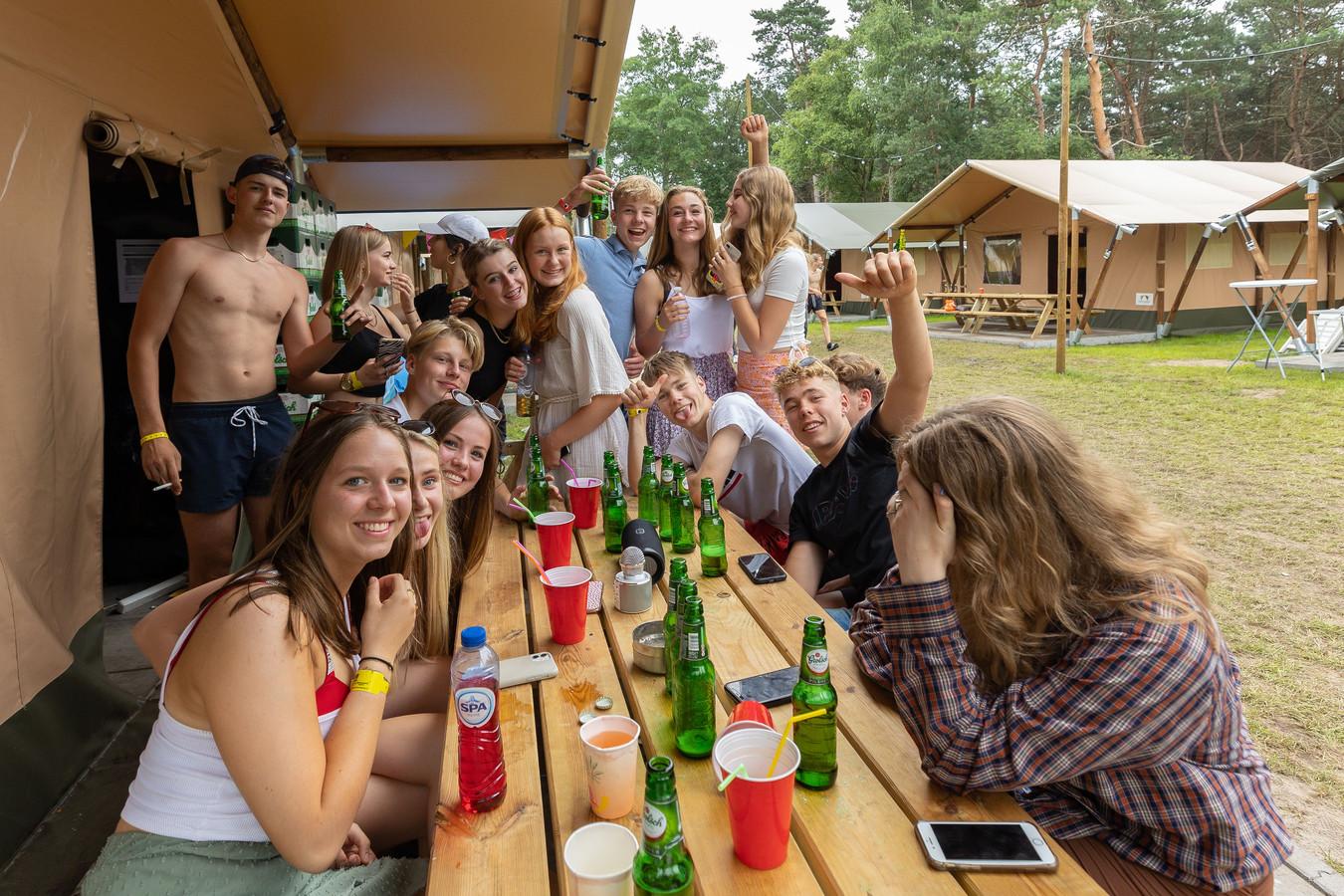 Voor de tenten op camping Dennenoord in Giethmen wordt al snel vriendschap gesloten. Dan kan allemaal, zolang corona buiten de deur blijft. Omdat zo te houden moet iedereen die op de camping verblijft eerst een negatieve coronatest laten zien.