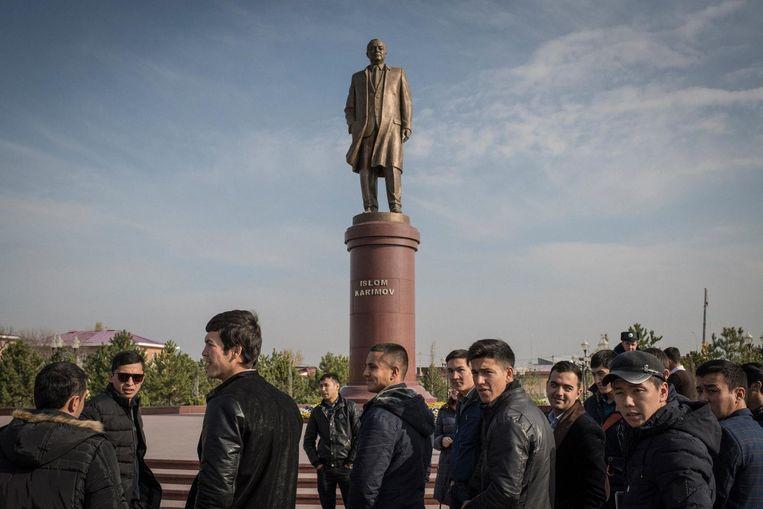 Standbeeld van dictator Islam Karimov in Samarkand. Beeld Yuri Kozyrev / Noor