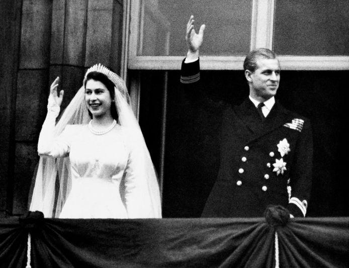 La reine Elizabeth (alors princesse) et son mari le duc d'Edimbourg le jour de leur mariage, le 20 novembre 1947.