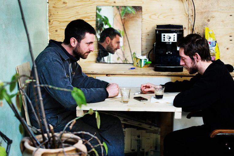 Frederik Willem Daem (28, rechts) is auteur en won de Debuutprijs 2016 van Boek.be. Beeld Tim Dirven