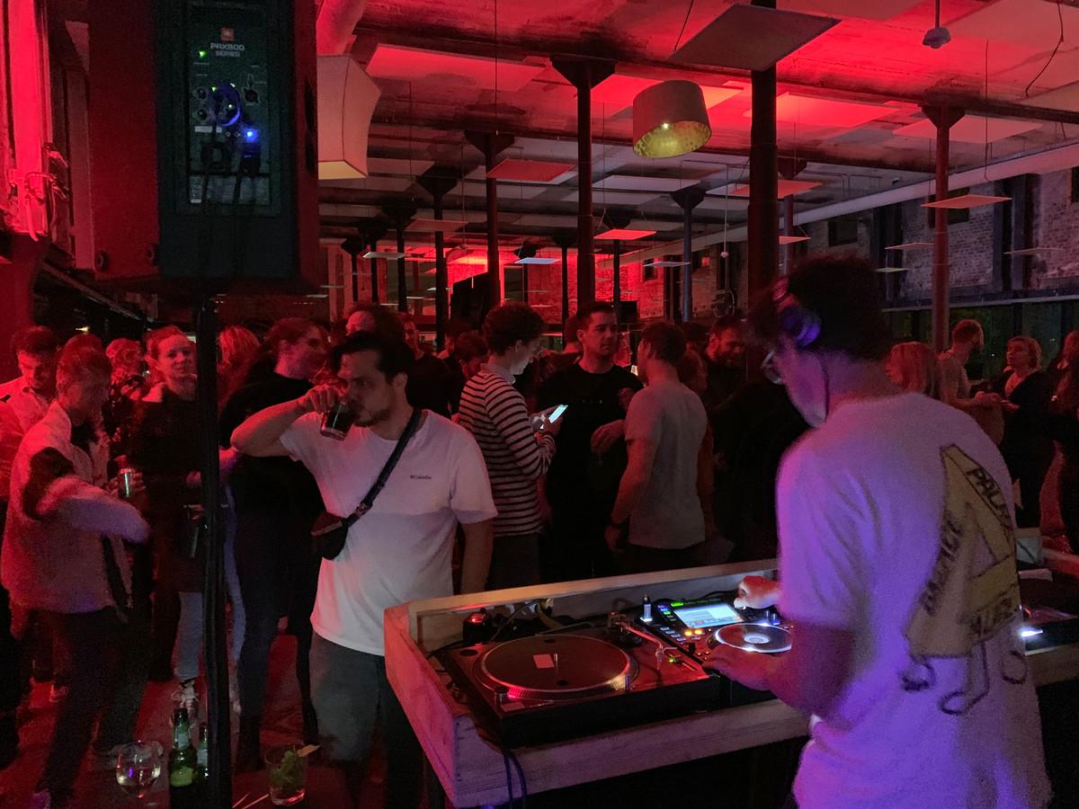 Tijdens de Museumnacht in Enschede is de redactievloer van Tubantia veranderd in een grote dansvloer