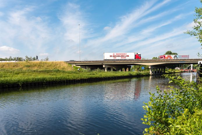 Eronderdoor of eroverheen? Als het aan de gemeente Oirschot ligt is een aquaduct nog steeds een beter alternatief dan het viaduct van de A58 over het Wilhelminakanaal. Cijfers wijzen nu uit dat het ook minder duur is dan altijd werd gesteld.