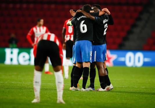 Vreugde bij de spelers van Granada na de 1-2, terwijl spelers van PSV treuren.